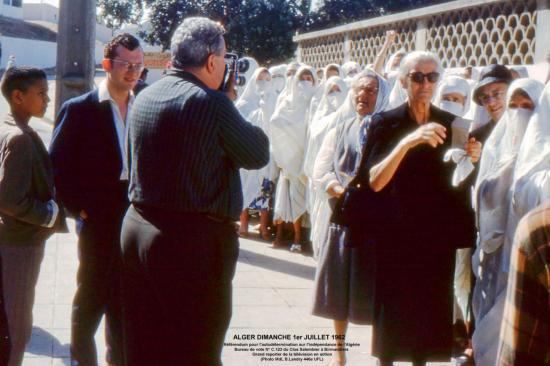062-7-alger-bureau-de-vote-n-c-123-birmandreis-1er-juil-1962-la-tv-au-clos-salembier-88-10x15txt.jpg