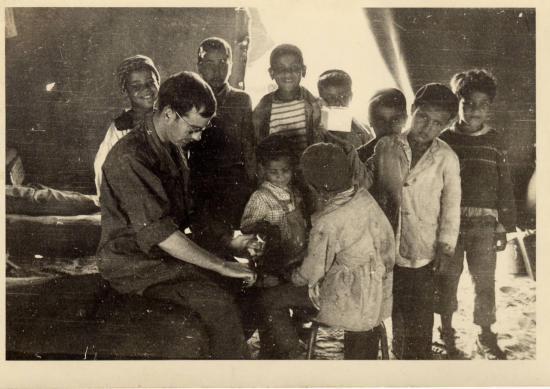 l-infirmier-avec-les-enfants-du-village.jpg