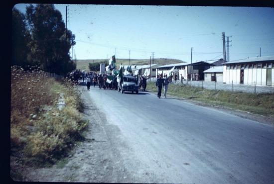 un-defile-de-la-population-apres-le-19-mars-1962.jpg